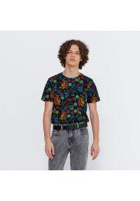 House - Koszulka z nadrukiem all over - Czarny. Kolor: czarny. Wzór: nadruk