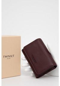 TwinSet - Twinset - Portfel. Kolor: czerwony. Materiał: materiał. Wzór: gładki