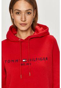 TOMMY HILFIGER - Tommy Hilfiger - Bluza. Okazja: na co dzień. Kolor: czerwony. Długość rękawa: długi rękaw. Długość: długie. Wzór: aplikacja. Styl: casual