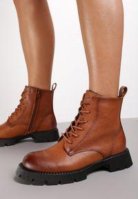 Renee - Camelowe Botki Rugereth. Nosek buta: okrągły. Zapięcie: sznurówki. Materiał: jeans, dzianina. Szerokość cholewki: normalna. Obcas: na obcasie. Styl: klasyczny. Wysokość obcasa: niski