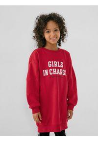 4f - Sukienka dzianinowa dziewczęca. Okazja: na co dzień. Kolor: czerwony. Materiał: dzianina. Długość rękawa: długi rękaw. Długość: długie. Wzór: nadruk. Styl: casual