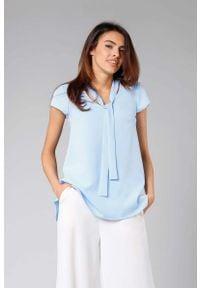 Nommo - Błękitna Asymetryczna Bluzka z Krawatką. Kolor: niebieski. Materiał: wiskoza, poliester