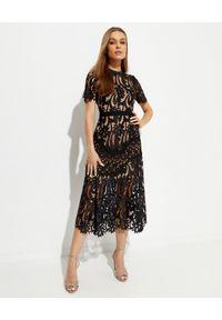 SELF PORTRAIT - Czarna koronkowa sukienka midi. Kolor: czarny. Materiał: koronka. Wzór: kwiaty, koronka, ażurowy. Typ sukienki: rozkloszowane, dopasowane. Długość: midi