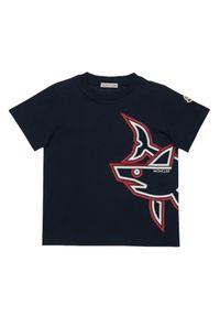 MONCLER KIDS - Granatowy t-shirt z nadrukiem Shark 4-8 lat. Kolor: niebieski. Materiał: bawełna. Wzór: nadruk. Sezon: lato. Styl: klasyczny