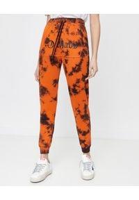 CHAOS BY MARTA BOLIGLOVA - Pomarańczowe spodnie dresowe z logo Ravon. Kolor: pomarańczowy. Materiał: dresówka. Wzór: nadruk