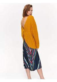 Żółty sweter TOP SECRET długi, w kolorowe wzory, z dekoltem na plecach, elegancki