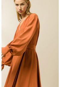 IVY & OAK - Sukienka Dionne. Kolor: brązowy. Materiał: materiał. Długość rękawa: długi rękaw. Typ sukienki: rozkloszowane