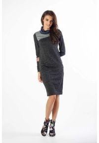 Nommo - Czarna Sukienka z Golfem z Kolorowymi Wstawkami. Typ kołnierza: golf. Kolor: czarny. Materiał: wiskoza, poliester, poliamid. Wzór: kolorowy