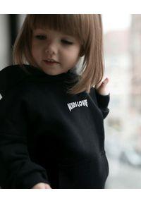 KIDS LOVE - Czarna bluza Menfi z logo. Okazja: na co dzień. Typ kołnierza: kaptur. Kolor: czarny. Materiał: dresówka, bawełna. Styl: elegancki, casual