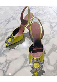AMINA MUADDI - Żółte sandały na szpilce Begum Sling. Zapięcie: klamry. Kolor: żółty. Materiał: jedwab, satyna. Obcas: na szpilce. Wysokość obcasa: średni