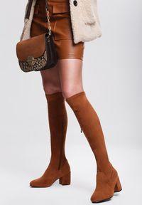 Renee - Camelowe Kozaki Pyrmont. Nosek buta: okrągły. Zapięcie: zamek. Szerokość cholewki: normalna. Wzór: aplikacja. Sezon: jesień, zima. Obcas: na słupku