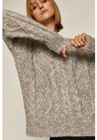 Szary sweter medicine