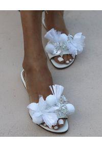 ALAMEDA TURQUESA - Białe klapki Ice Ice Baby. Okazja: na imprezę. Kolor: biały. Materiał: tiul. Wzór: aplikacja, kwiaty. Sezon: lato