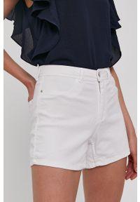 Jacqueline de Yong - Szorty jeansowe. Okazja: na co dzień. Kolor: biały. Materiał: jeans. Wzór: gładki. Styl: casual