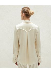 NANUSHKA - Beżowa koszula Mandine. Kolor: beżowy. Materiał: satyna. Styl: klasyczny, retro