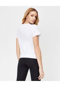 LA MANIA - Krótki biały t-shirt Zion. Kolor: biały. Długość: krótkie. Wzór: aplikacja