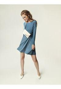 Madnezz - Sukienka Jackie Winter - brudny niebieski. Kolor: niebieski. Materiał: wiskoza, elastan. Sezon: zima. Typ sukienki: dopasowane. Styl: elegancki, klasyczny