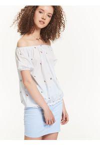 Niebieska bluzka TROLL krótka, na lato, z krótkim rękawem, w kolorowe wzory