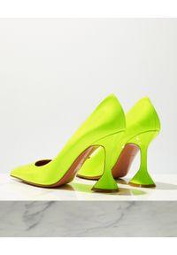 AMINA MUADDI - Neonowe szpilki Ami Pump. Kolor: żółty. Materiał: lakier. Obcas: na szpilce. Styl: klasyczny. Wysokość obcasa: średni