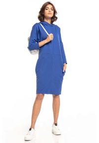 Tessita - Dzianinowa Sukienka z Kapturem - Chabrowa. Typ kołnierza: kaptur. Kolor: niebieski. Materiał: dzianina