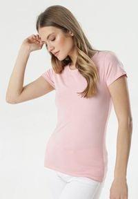Born2be - Jasnoróżowy T-shirt Gathanthei. Okazja: do domu, na co dzień. Kolor: różowy. Materiał: bawełna, dresówka, dzianina, jeans. Długość rękawa: krótki rękaw. Długość: krótkie. Wzór: gładki. Styl: sportowy, klasyczny, casual