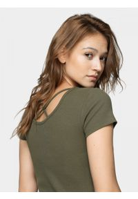 Brązowy t-shirt outhorn z dekoltem na plecach