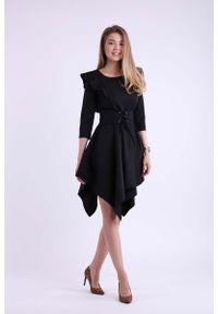 Nommo - Czarna Asymetryczna Sukienka Wizytowa ze Sznurowanym Paskiem. Kolor: czarny. Materiał: wiskoza, poliester. Typ sukienki: asymetryczne. Styl: wizytowy