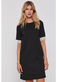 TwinSet - Twinset - Sukienka. Okazja: na co dzień. Kolor: czarny. Materiał: dzianina. Długość rękawa: krótki rękaw. Wzór: gładki. Typ sukienki: proste. Styl: casual
