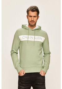 Calvin Klein - Bluza. Okazja: na co dzień. Typ kołnierza: kaptur. Kolor: zielony. Materiał: dzianina. Wzór: nadruk. Styl: casual
