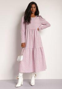 Renee - Różowa Sukienka Amarhamene. Kolor: różowy. Długość rękawa: długi rękaw. Wzór: aplikacja, nadruk. Styl: klasyczny, elegancki. Długość: midi