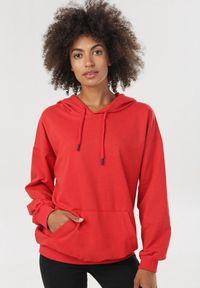 Czerwona bluza z kapturem Born2be