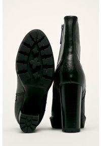 Czarne botki Pepe Jeans na obcasie, na średnim obcasie, z cholewką