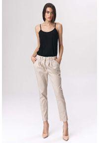 Nife - Beżowe Spodnie Cygaretki z Zakładkami. Kolor: beżowy. Materiał: poliester, wiskoza, elastan
