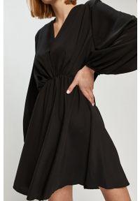 ANSWEAR - Answear Lab - Sukienka. Kolor: czarny. Materiał: materiał. Długość rękawa: długi rękaw. Typ sukienki: rozkloszowane. Styl: wakacyjny
