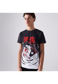 Cropp - Koszulka z kontrastowym nadrukiem - Czarny. Kolor: czarny. Wzór: nadruk