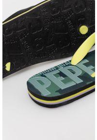 Pepe Jeans - Japonki Hawi Camo. Kolor: czarny. Obcas: na obcasie. Wysokość obcasa: niski