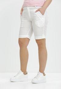 Born2be - Białe Szorty Aethimea. Kolor: biały. Materiał: bawełna, tkanina. Długość: krótkie. Wzór: aplikacja. Sezon: lato. Styl: klasyczny