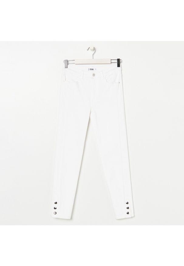 Białe jeansy Sinsay