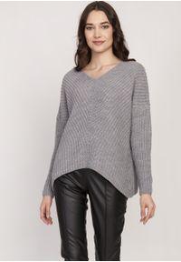 e-margeritka - Sweter oversize szary - s/m. Typ kołnierza: dekolt w serek. Kolor: szary. Materiał: akryl, wełna, dzianina. Długość rękawa: raglanowy rękaw. Wzór: ze splotem