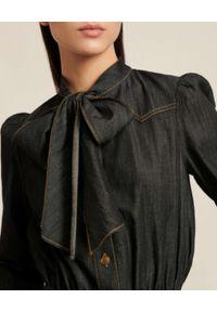 Luisa Spagnoli - LUISA SPAGNOLI - Jeansowa sukienka midi z kokardą GRECIA. Typ kołnierza: kokarda. Kolor: szary. Materiał: jeans. Typ sukienki: koszulowe. Długość: midi