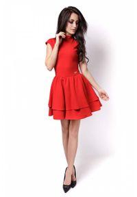IVON - Czerwona Sukienka z Niewielką Stójką z Falbankami. Typ kołnierza: kołnierzyk stójkowy, kołnierz z falbankami. Kolor: czerwony. Materiał: wiskoza, elastan