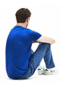 Lacoste - LACOSTE - Niebieski t-shirt z logo Regular Fit. Kolor: niebieski. Materiał: bawełna, jeans. Wzór: haft