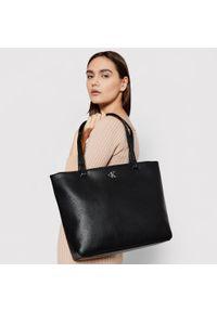 Czarna shopperka Calvin Klein na ramię, skórzana