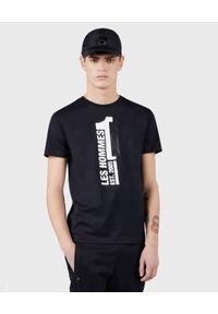 Les Hommes - LES HOMMES - Czarny t-shirt z kontrastowym nadrukiem. Okazja: na co dzień. Kolor: czarny. Materiał: bawełna, jeans. Wzór: nadruk. Styl: casual