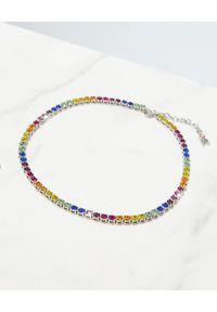 AMINA MUADDI - Kolorowy naszyjnik z kryształami. Materiał: srebrne. Kolor: czerwony. Wzór: kolorowy. Kamień szlachetny: kryształ