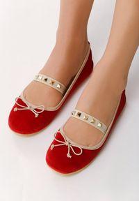 Born2be - Czerwone Baleriny Rivia. Nosek buta: okrągły. Zapięcie: pasek. Kolor: czerwony. Szerokość cholewki: normalna. Wzór: aplikacja. Materiał: welur, skóra. Obcas: na obcasie. Styl: klasyczny, rockowy. Wysokość obcasa: niski