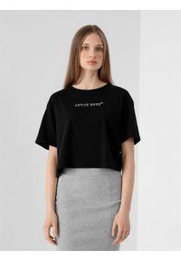 4f - T-shirt basic crop top z nadrukiem damski. Kolor: czarny. Materiał: dzianina, bawełna. Długość: krótkie. Wzór: nadruk