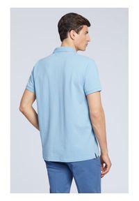 Vistula Polo Cyrus XA1318 Niebieski Regular Fit. Typ kołnierza: polo. Kolor: niebieski