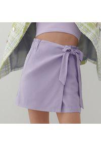 Reserved - Gładkie szorty z wiskozą - Fioletowy. Kolor: fioletowy. Materiał: wiskoza. Wzór: gładki