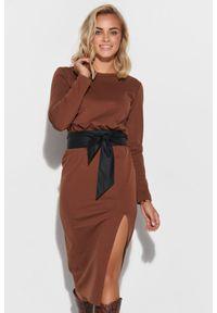 Makadamia - Dopasowana Sukienka z Wiązanym Paskiem - Brązowa. Kolor: brązowy. Materiał: nylon, poliester